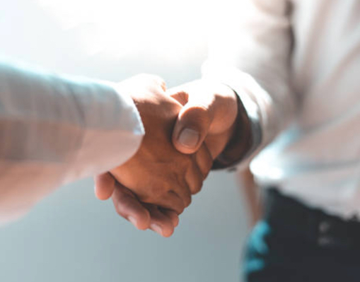 2 partners shaking hands